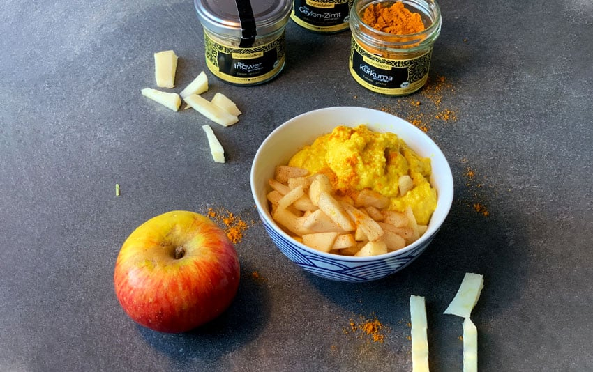 Goldene Milch Dessert mit gedünsteten Äpfeln